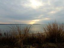 Céu grande do inverno sobre o mar no por do sol imagem de stock