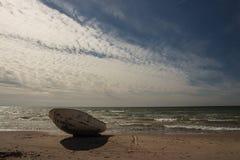 Céu impressionante sobre um barco de pesca na praia Báltico em Ventspils Fotografia de Stock