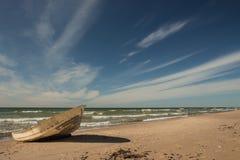 Céu impressionante sobre um barco de pesca na praia Báltico em Ventspils Fotografia de Stock Royalty Free