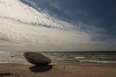 Céu impressionante sobre um barco de pesca na praia Báltico em Ventspils Imagens de Stock Royalty Free