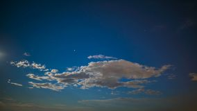 Céu infinito com a cintilação das estrelas e as nuvens brancas que voam, timelapse fantástico video estoque