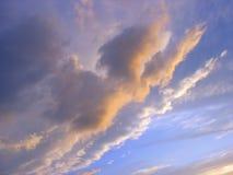 Céu lilás da noite no por do sol fotos de stock royalty free