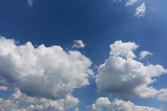Céu limpo azul com nuvens brancas imagem de stock