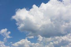Céu limpo azul com nuvens brancas fotografia de stock