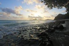 Céu, mar e rochas na praia Fotografia de Stock