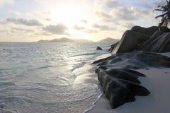 Céu, mar e rochas na praia, Seychelles Fotografia de Stock