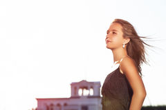 Céu modelo sensual caucasiano de Fashon Posing Outsoors Against Fotografia de Stock Royalty Free