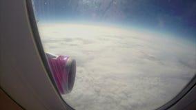 Céu nebuloso abaixo, elevação do avião na estratosfera, avião de voo video estoque