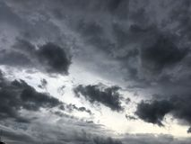 Céu nebuloso antes do thunderstrom Fotos de Stock Royalty Free
