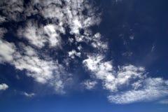 Céu nebuloso azul fotos de stock