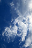 Céu nebuloso azul fotografia de stock