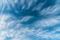Céu nebuloso azul bonito imagem de stock