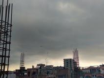 Céu nebuloso Blacksky de Citycloud Catsanddogs foto de stock