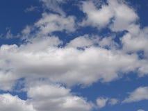 Céu nebuloso brilhante Imagens de Stock