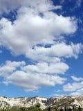 Céu nebuloso, céu nebuloso e montanhas fotografia de stock