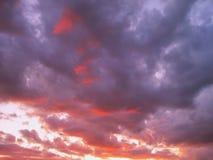 Céu nebuloso colorido na noite Foto de Stock