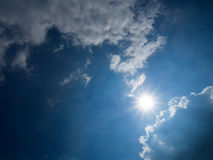 Céu nebuloso com sol Fotografia de Stock Royalty Free