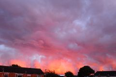 Céu nebuloso cor-de-rosa, por do sol fotos de stock royalty free