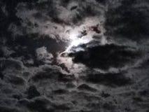 Céu nebuloso da lua brilhante Fotos de Stock Royalty Free