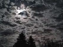 Céu nebuloso da lua brilhante Fotos de Stock