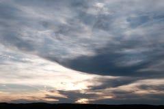 Céu nebuloso da noite imagem de stock
