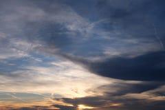 Céu nebuloso da noite imagens de stock royalty free