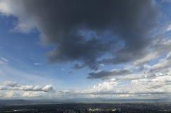 Céu nebuloso da tarde imagem de stock