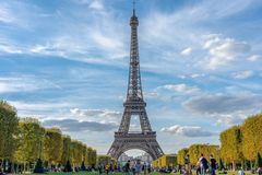 Céu nebuloso de Paris france da torre Eiffel imagens de stock