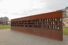 Céu nebuloso do inverno do monumento das vítimas do muro de Berlim fotos de stock royalty free