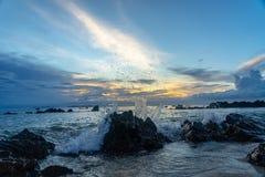 Céu nebuloso do por do sol de Tailândia nas rochas fotografia de stock