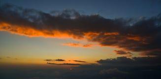 Céu nebuloso do por do sol dramático imagens de stock