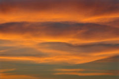 Céu nebuloso durante um por do sol Fotos de Stock