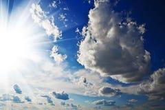 Céu nebuloso e sol Imagens de Stock Royalty Free