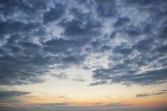 Céu nebuloso escuro dramático sobre o mar, fundo natural da foto Fundo escuro das nuvens de tempestade Fotos de Stock Royalty Free