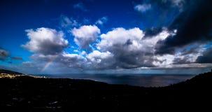 Céu nebuloso espetacular sobre a costa de tenerife imagem de stock royalty free