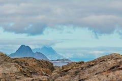 Céu nebuloso, montanhas e mar foto de stock royalty free