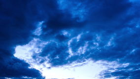 Céu nebuloso na noite
