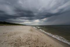 Céu nebuloso na praia Imagens de Stock