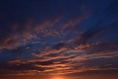 Céu nebuloso no por do sol em uma noite do verão Imagem de Stock