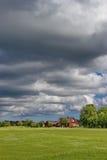 céu nebuloso sobre a casa rural estônia tradicional Imagem de Stock Royalty Free