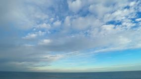 Céu nebuloso sobre o mar video estoque