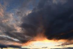 Céu no fulgor de um abismo claro nas nuvens no por do sol de um sol brilhante Fotografia de Stock
