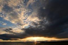 Céu no fulgor de um abismo claro nas nuvens no por do sol de um sol brilhante Imagens de Stock Royalty Free