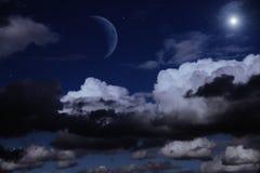 Céu nocturno com a lua, as nuvens e as estrelas Imagens de Stock