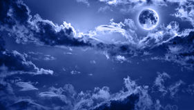 Céu nocturno romântico iluminado pela Lua cheia fotografia de stock