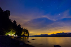 Céu noturno alaranjado e azul com acampamento das barracas fotos de stock