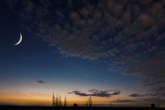 Céu noturno bonito, lua, nuvens bonitas no fundo da noite Lua que enfraquece o crescente Fundo de Ramadan Fotografia de Stock