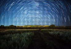 Céu noturno bonito, Via Látea, fugas da estrela e as árvores foto de stock