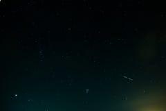 Céu noturno com estrelas e algumas nuvens Fotos de Stock