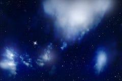 Céu noturno com estrelas e nuvens foto de stock